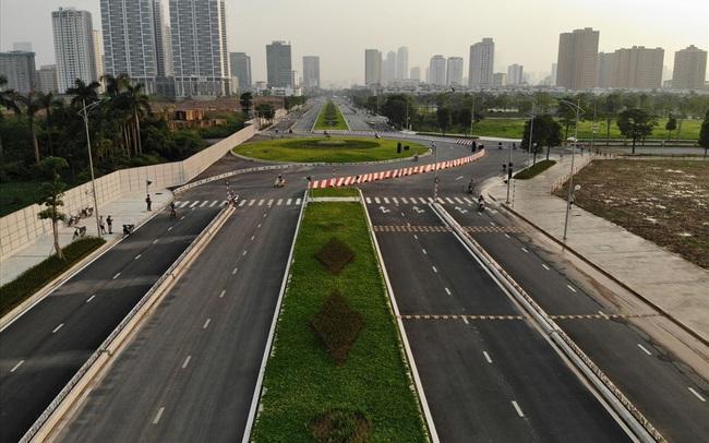Cận cảnh hàng cây hoa sữa đang độ nở trên con đường mới mở của Thủ đô