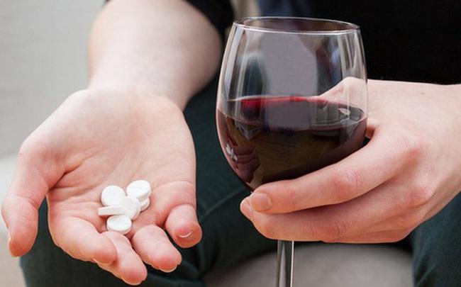 5 thói quen uống thuốc sai lầm, khiến thuốc giảm tác dụng và còn hại tới sức khỏe