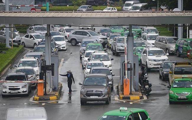 Hành khách không muốn trả phí ô tô vào Tân Sơn Nhất