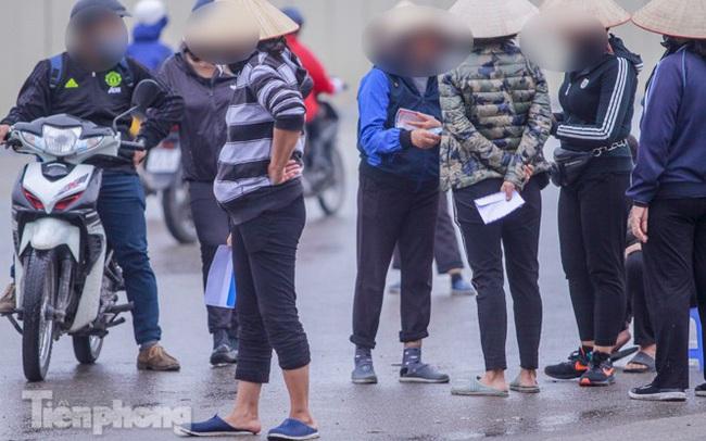 Mưa lạnh bất ngờ, 'phe vé' trận Việt Nam - UAE lo sốt vó