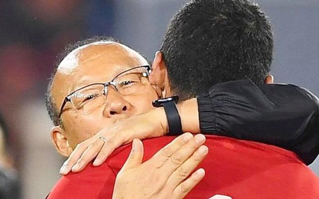 Xúc động hình ảnh HLV Park Hang-seo ôm chặt Anh Đức sau trận hòa Thái Lan: Tạm biệt một huyền thoại, tạm biệt người hùng AFF Cup!