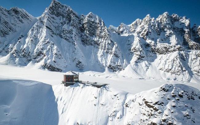 25.000 USD/đêm nghỉ trong nhà gỗ xa xỉ bên vách núi tuyết