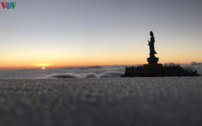 Chiêm ngưỡng băng tuyết phủ trắng đỉnh Fansipan