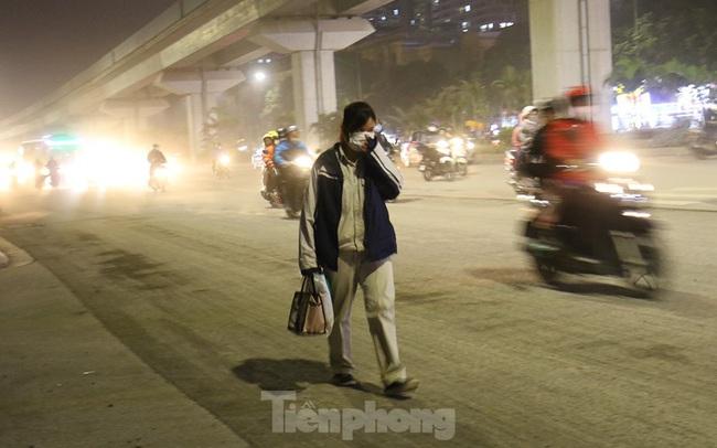 Khổ sở bịt mũi, che mồm vượt 'sa mạc' ở Hà Nội