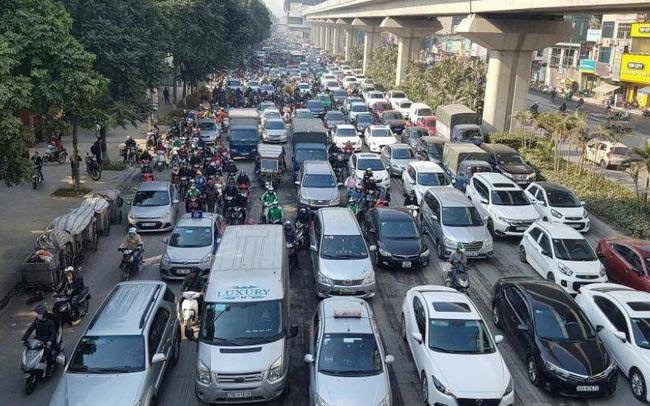 """Chùm ảnh: """"Chôn chân"""" trong giá rét trên đường Nguyễn Trãi do ùn tắc"""