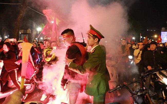 Đốt pháo sáng ăn mừng chiến thắng U22 Việt Nam, 7 thanh niên bị cảnh sát hoá trang bắt giữ