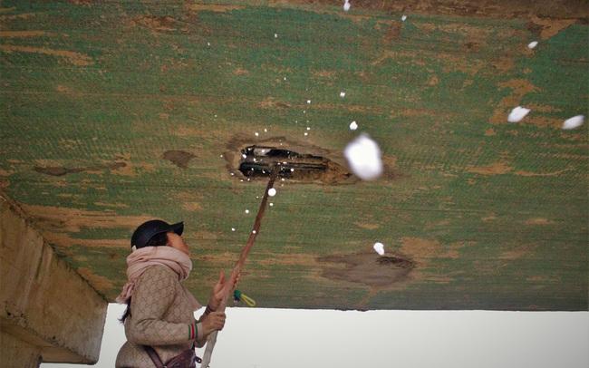 Cận cảnh cầu tiền tỷ bong tróc để lộ xốp, thép hoen gỉ ra ngoài