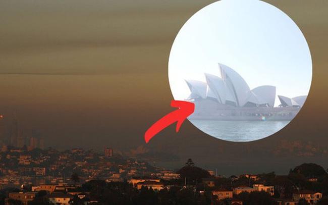 Thảm họa cháy rừng lớn nhất lịch sử Úc: Nhà hát Opera Sydney khuất sau khói mù, 2 người thiệt mạng khi tình nguyện dập lửa khiến cả nước xót thương