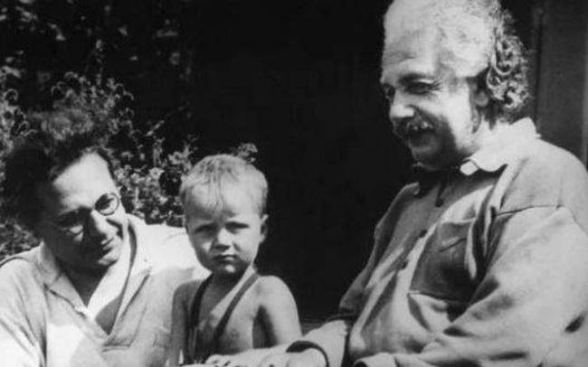 Cách giáo dục khắc nghiệt và lạnh lùng của Albert Einstein khiến con trai tới cuối đời vẫn oán hận: Có người cha thiên tài chẳng ích gì!