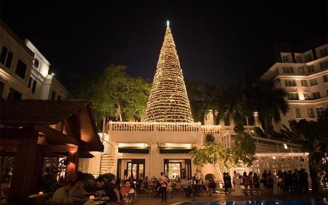 Tiệc đêm Giáng sinh kín chỗ khách sạn lớn ở Hà Nội