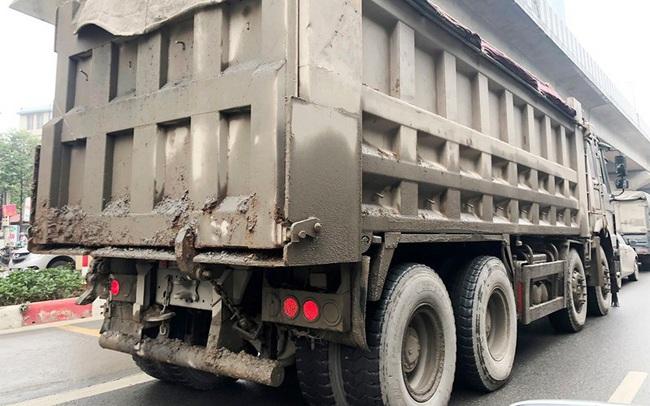 Xe chở vật liệu đi giờ cấm 'xả' bùn đất gây bụi nhiều tuyến phố