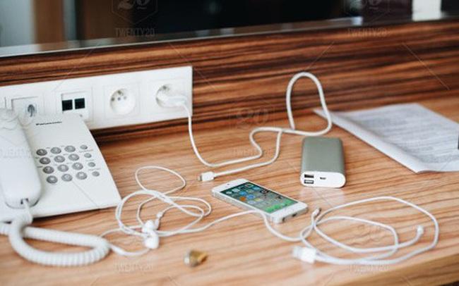 Báo Anh khuyến cáo du khách không nên sử dụng sạc điện thoại trong khách sạn, hiểm hoạ khó lường không thể làm ngơ