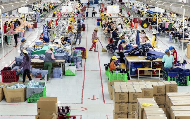 """Bloomberg nói gì về """"thế lưỡng nan"""" của Việt Nam giữa """"hai gã khổng lồ"""" Mỹ - Trung?"""