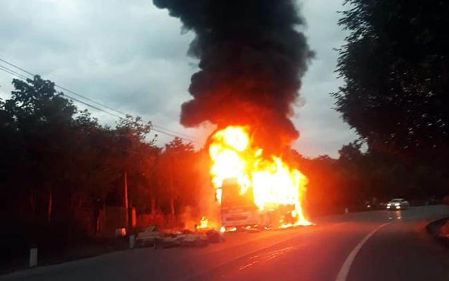 Xe khách giường nằm bị nổ lốp, cháy rụi trên Quốc lộ 20