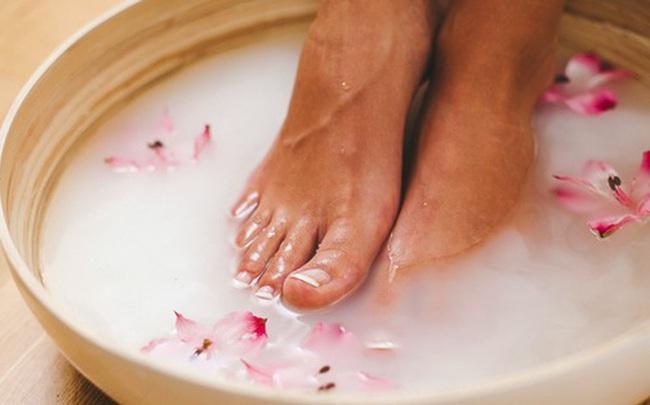 Ngâm chân rất thoải mái, tốt cho sức khỏe nhưng có 2 nhóm người đặc biệt cần chú ý nếu không muốn bệnh tật bủa vây