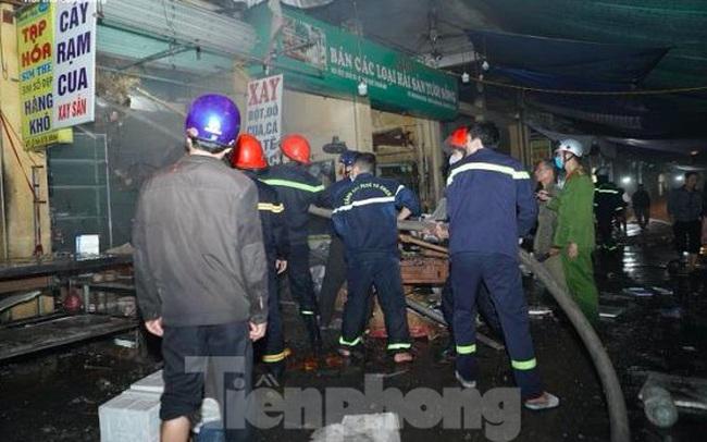 Cháy chợ trong đêm, hàng chục ki ốt bị thiêu rụi