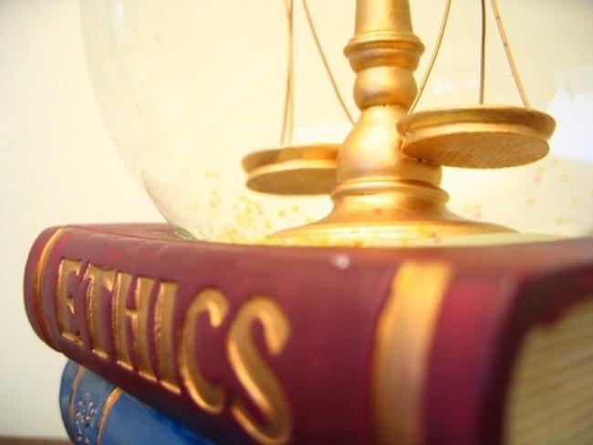 [Ý kiến luật sư] Đạo đức của người hành nghề chứng khoán: Có bột mới gột nên hồ