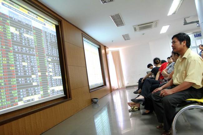 VN-Index bất ngờ giảm hơn 4 điểm cuối phiên, giao dịch hơn 2.000 tỷ