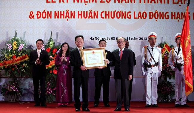 Kỷ niệm 20 năm thành lập SHB: Ông Đỗ Quang Hiển được trao tặng Huân chương Lao động hạng Nhì