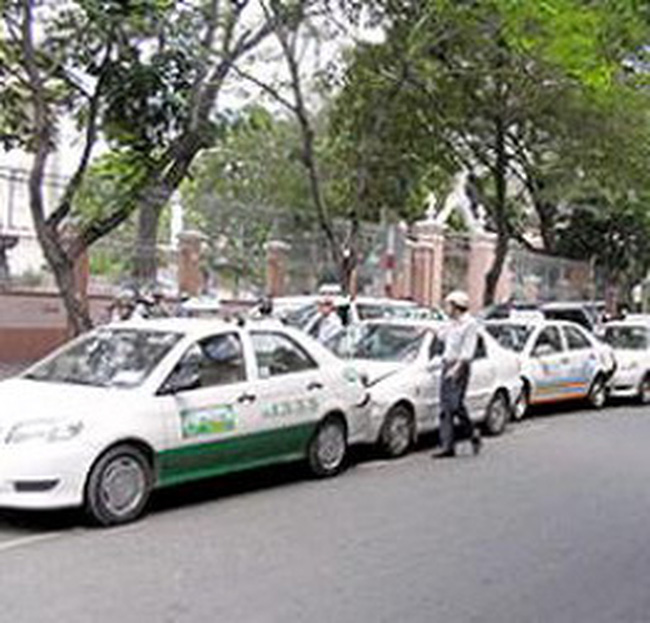 Taxi Hà Nội hạ cước sau một tuần tăng