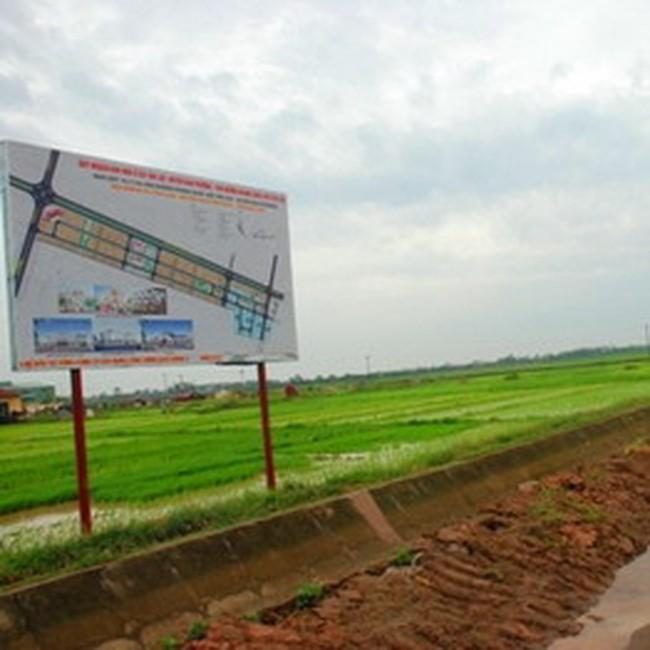 """""""Sốt"""" đất dọc Hoàng Quốc Việt kéo dài qua xã Tân Lập"""