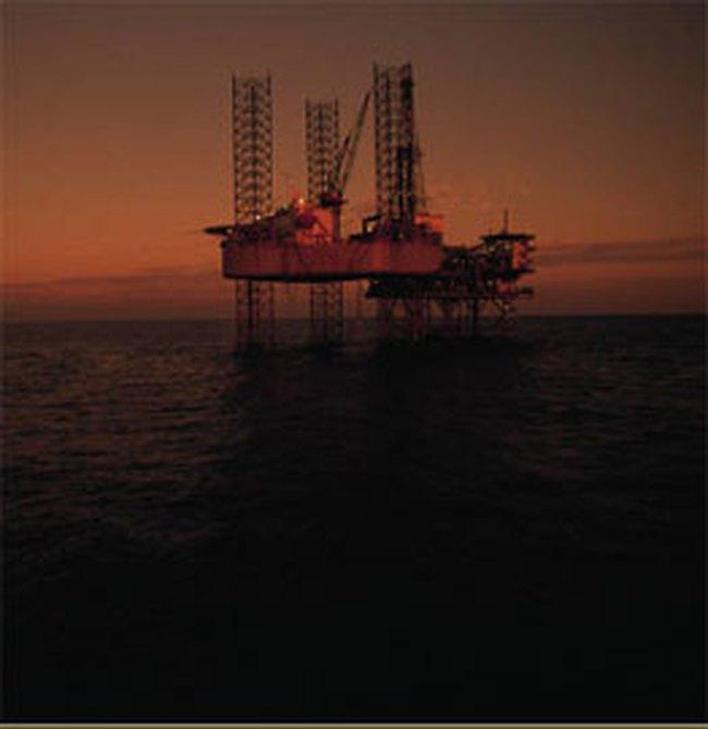 Nhiều hãng dầu ngừng sản xuất vì bão