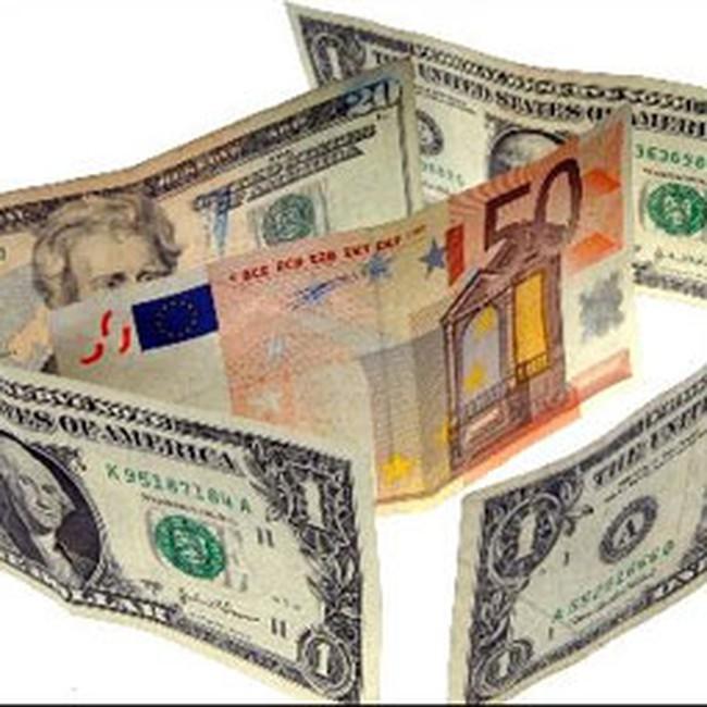 Đồng euro trượt giá mạnh nhất trong 13 tháng so với USD