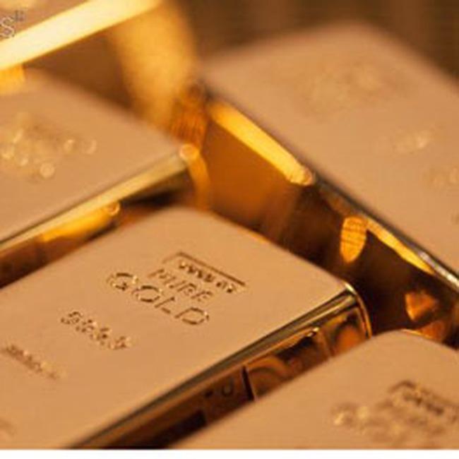Giá vàng trượt dốc, giá dầu tăng trở lại