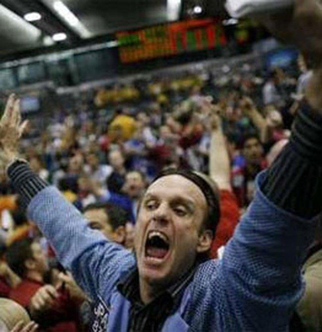Dow Jones tăng ấn tượng, vượt mốc 9.000 điểm