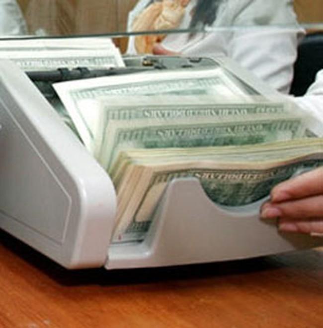 Giá vàng tiến sát 18 triệu đồng/lượng, đôla 'chợ đen' tăng giá mạnh