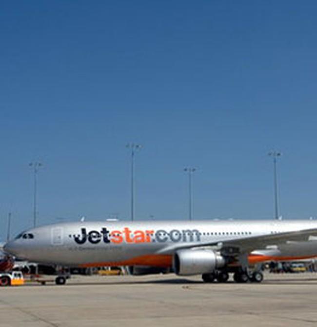 Máy bay của Jetstar Pacific lại bị xe đâm