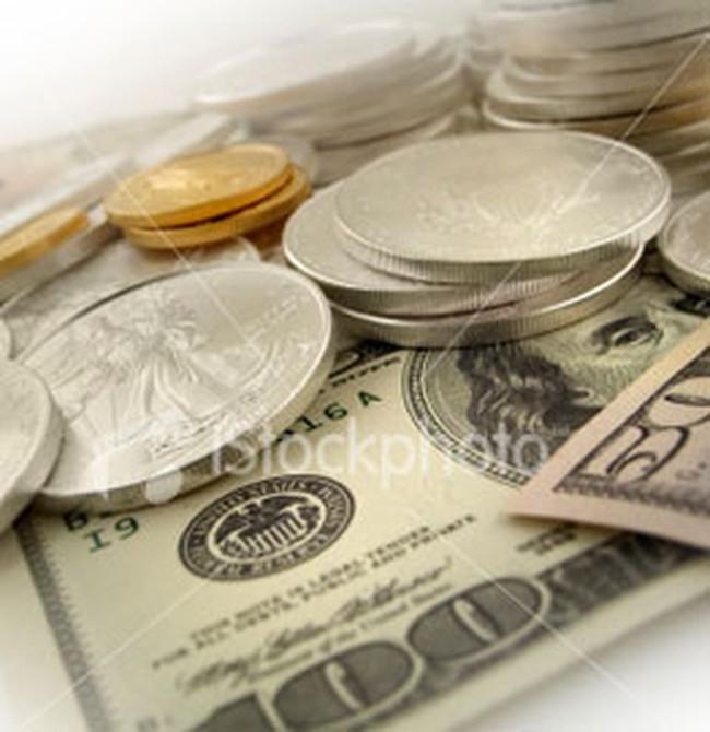 Giá vàng tăng mạnh, giá dầu hạ nhẹ