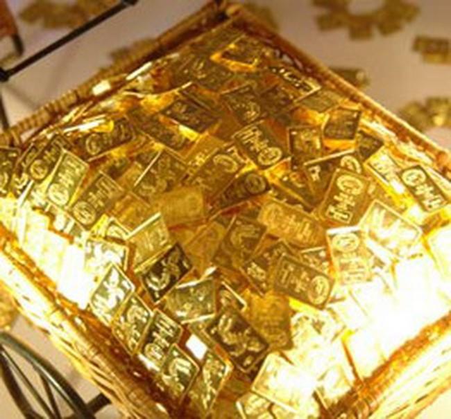 Giá vàng tăng, dầu thô hạ