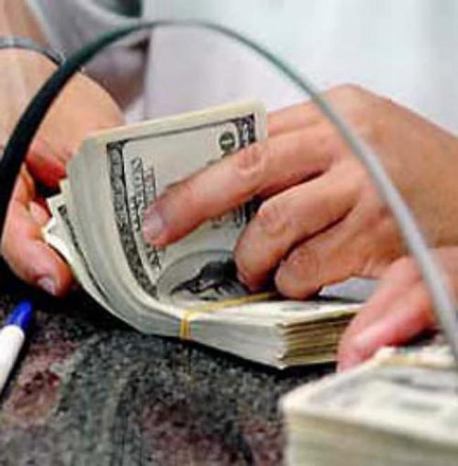 Giá USD tự do vẫn tăng, bất chấp ngân hàng dư thừa