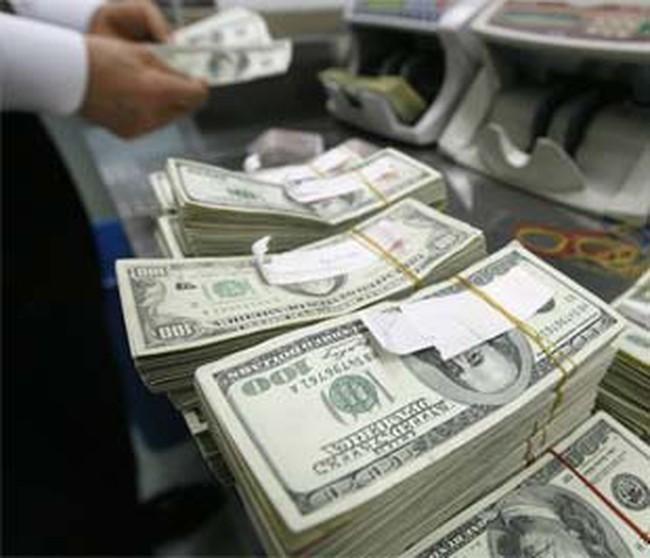 Cấm mua bán ngoại tệ vượt trần quy định