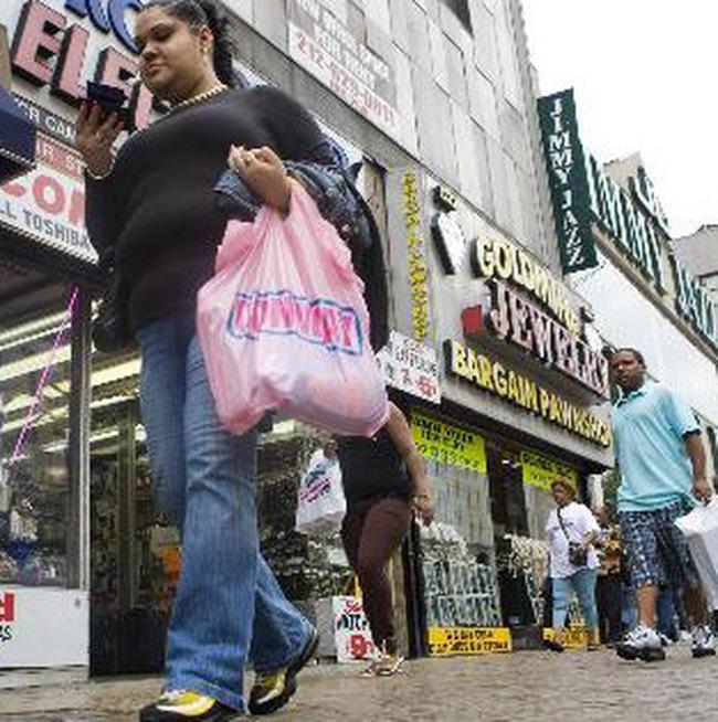 Mỹ: Doanh số bán lẻ hạ, số người thất nghiệp tăng