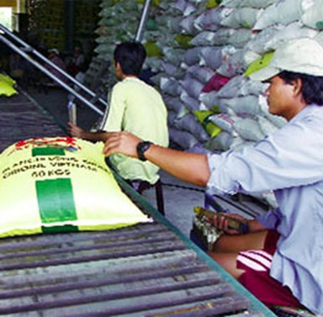 Giá gạo tăng, người dân tranh thủ đi mua