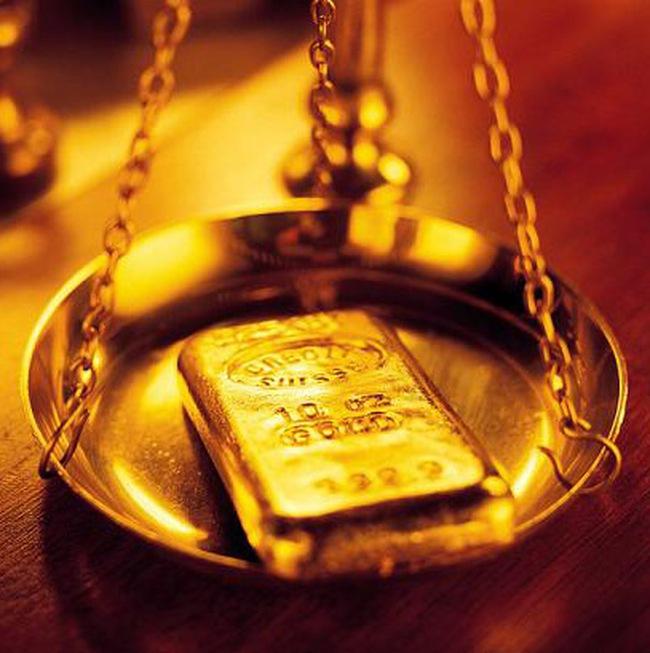 Giá vàng giảm, dầu tăng