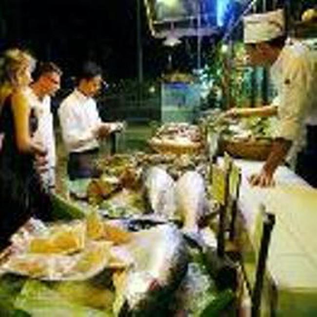 Khách tây nườm nượp đến Việt Nam ăn Tết