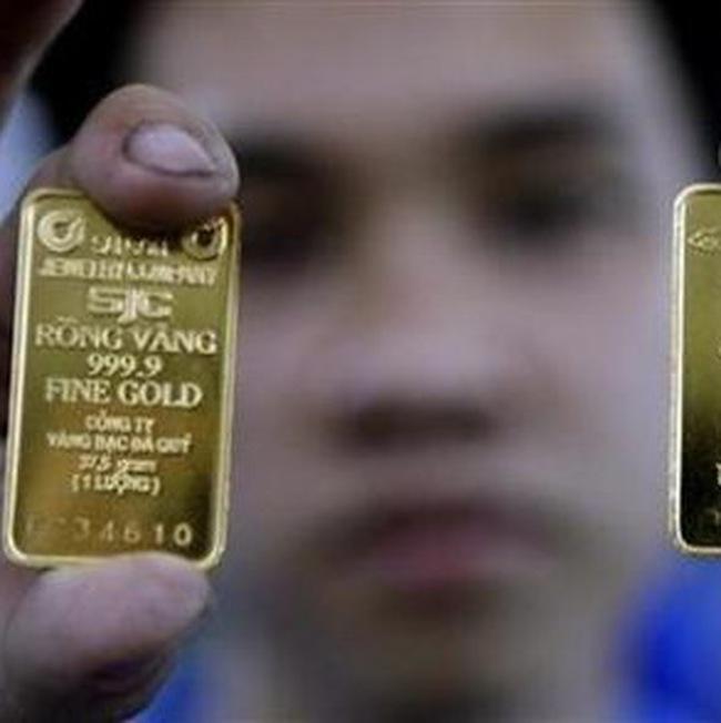 Giá vàng tăng, dầu tiếp tục giảm