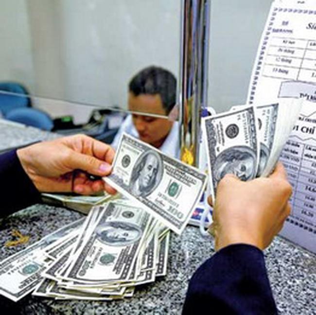 Cấm mua bán USD chợ đen, giá bị đẩy lên cao