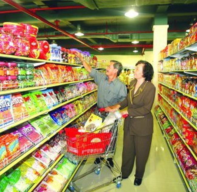 Siêu thị vào cao điểm mua sắm, giảm giá