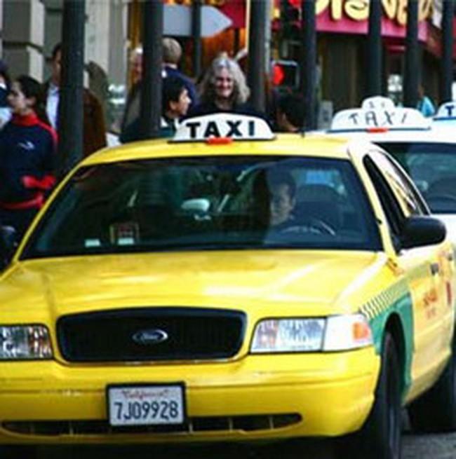 Hà Nội ngừng cấp phép taxi, doanh nghiệp phản ứng