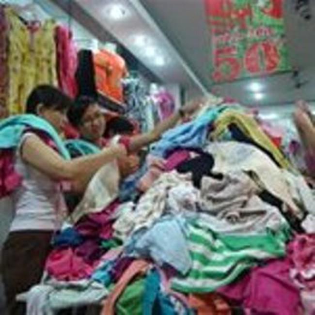 Cuối năm, quần áo thời trang giảm giá đắt hàng