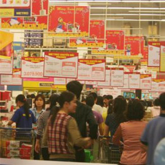 Chen chân vào siêu thị sắm Tết