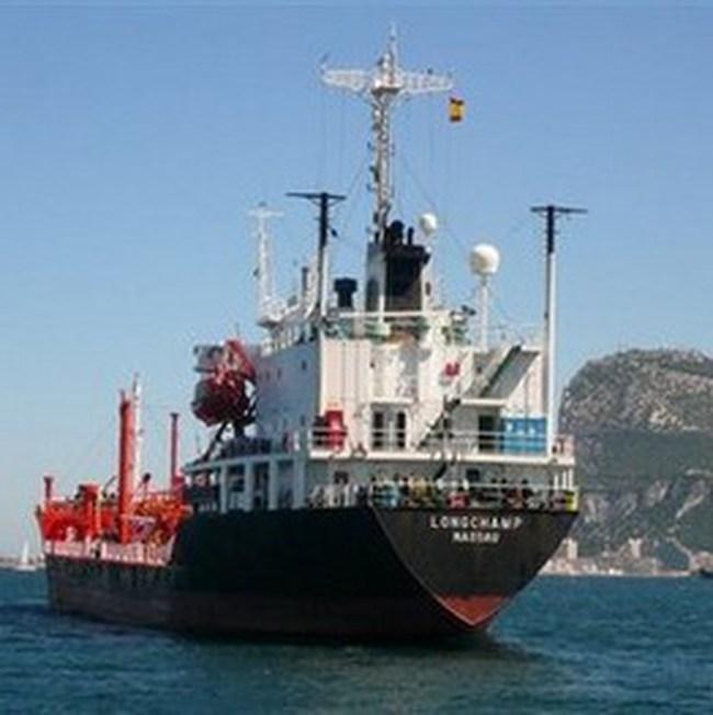 Tàu Việt Nam đầu tiên chở dầu tới Vân Phong