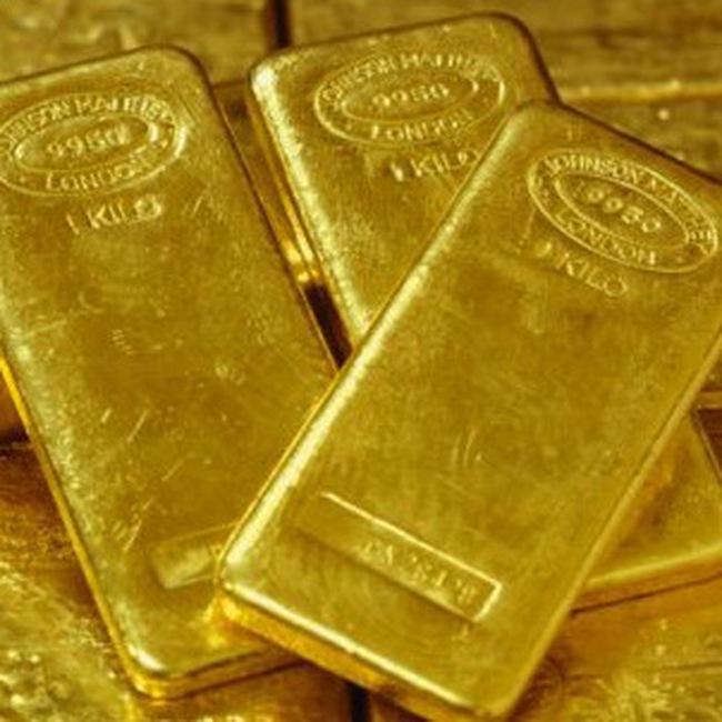 Giá vàng tăng, dầu giảm sâu