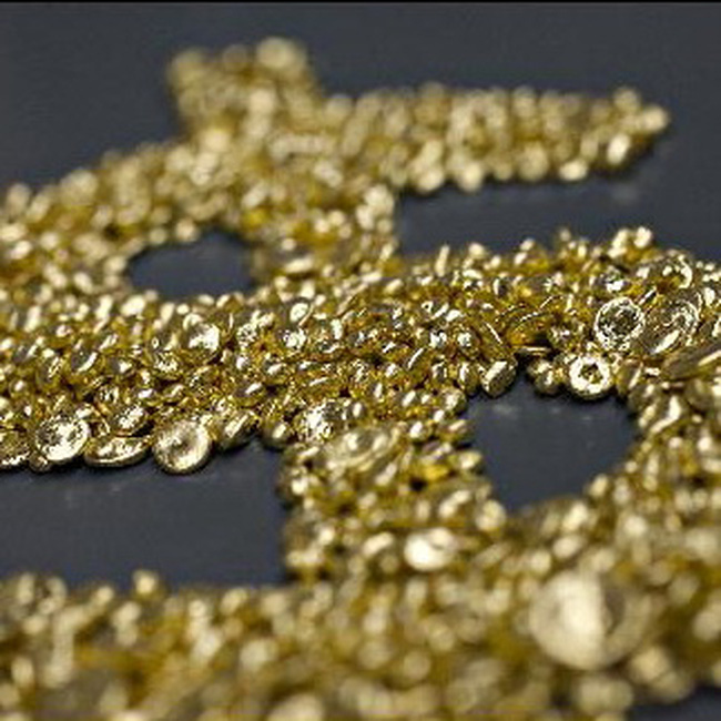 Giá vàng tăng, dầu nhảy vọt