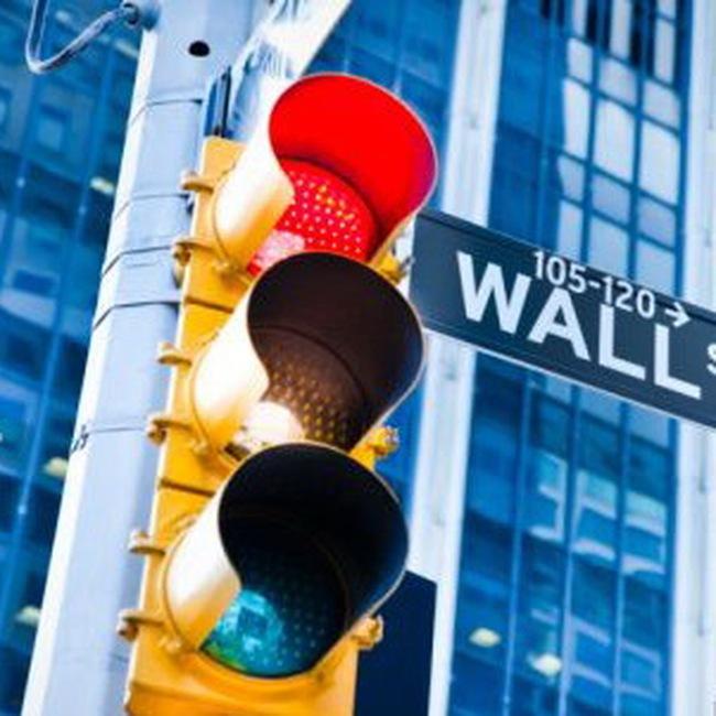 Dow Jones giảm hơn 100 điểm khi nỗi lo về khủng hoảng tài chính trở lại