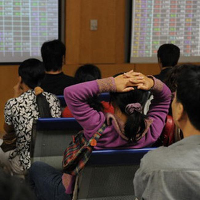9h45: VN-Index giảm nhẹ xuống 516 điểm